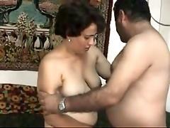 Грудастая брюнетка трахается со своим мужем