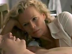 Блондинка похотливо развела на секс свою подружку