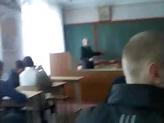 Русская телка дрочит член одногруппника в классе