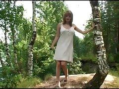 Летом на свежем воздухе развлекается россиянка