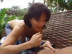 Зрелая сучка обожает потягивать пипка любовника