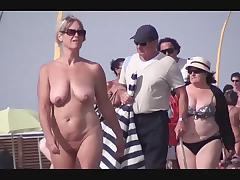Обнаженные нудистки не упускают шанса отсосать член на пляже жарким летом