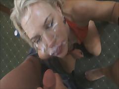 Порно буккакэ светловолосой мордашке делают маску из спермы, кончая на лицо