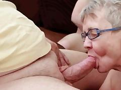 Старый муж зависливо смотрит, как его старую покорную жену на диване ебет молодой трахарь