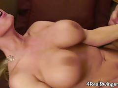 Лесбиянки перед скрытой камерой мастурбируют киски и кончают