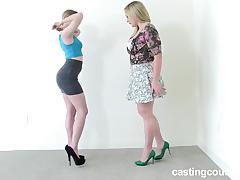 Две подруги в юбках пришли пройти порно кастинг и трахаются с негром на диване