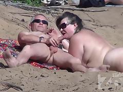 Старый нудист на пляже кормит вкусным членом загорелую голую женщину