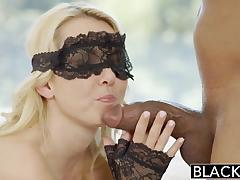 Блондинистая сексвайф любит когда негр трахает в рот её с закрытыми глазами