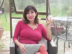 Испанская 50 летняя мадам красиво раздвигает длинные ноги в красных чулках, поглаживая промежность