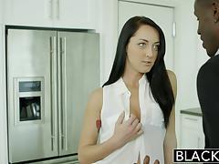 Чёрный гость не устоял перед стройными формами и на кухонном столе облизал киску длинноногой хозяйке