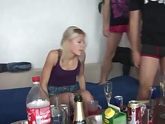 Пьяные чешские девушки красиво сношаются на секс вечеринке у друзей